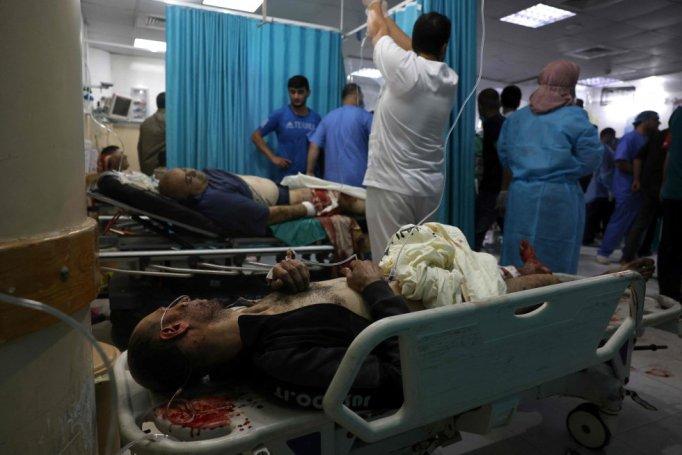Varias personas heridas reciben cuidados en un hospital del norte de la franja de Gaza. La escalada de violencia durante el mes de Ramadán en Jerusalén registró este lunes la jornada con mayor tensión. Al menos 305 palestinos han resultado heridos, de los que 228 han tenido que ser hospitalizados, según la Media Luna Roja, en choques con la policía israelí durante el rezo de la mañana en la mezquita de Al Aqsa, tercer lugar sagrado del islam.