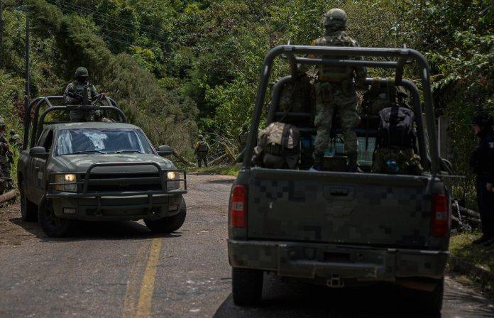 Miembros del Ejército mexicano resguardan una carretera ante la violencia desatada en las comunidades de Pantelhó y Chenalhó, en Chiapas, el pasado 9 de julio. En los últimos años, grupos del crimen organizado han invadido los territorios de Los Altos, en Chiapas, unas tierras habitadas por comunidades indígenas que están siendo víctimas de saqueos, amenazas y asesinatos.