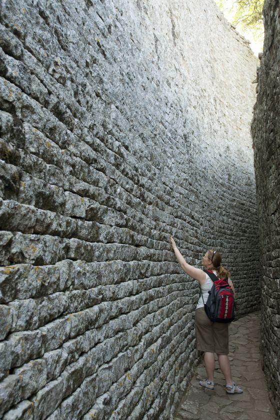 Paso entre dos de los muros de Great Zimbabwe.
