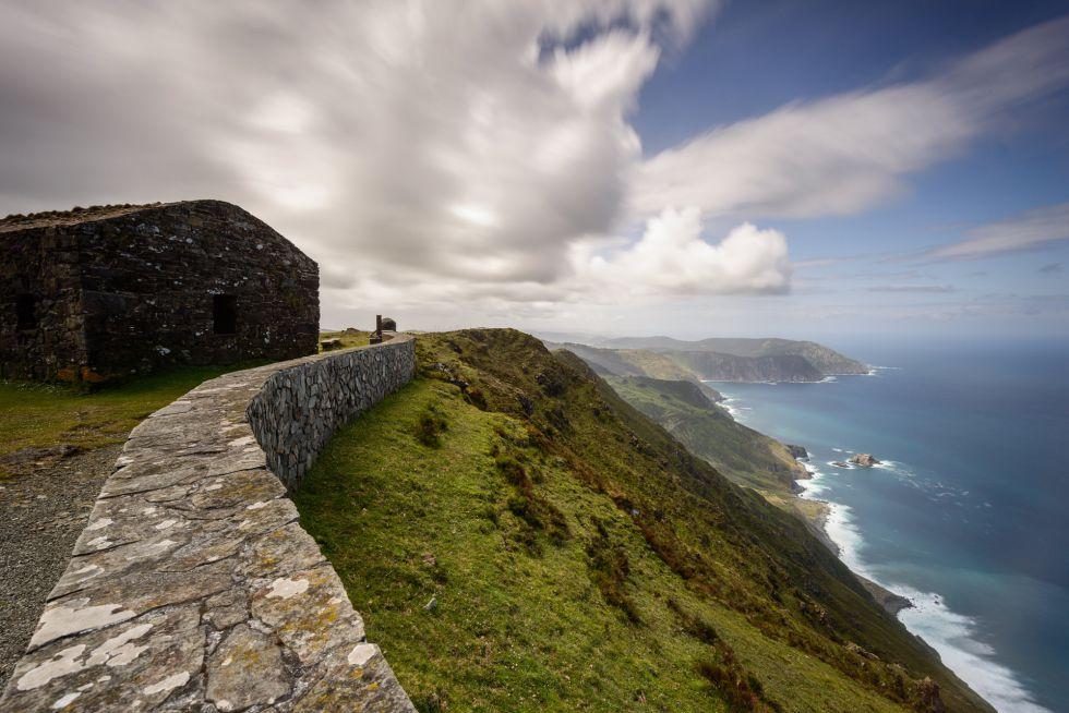 Una cabaña de piedra se halla en el punto más alto del acantilado de Herbeira, en Cedeira (A Coruña).