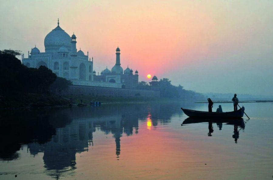 """""""A pesar de sus adornos severos, puramente geométricos, el Taj Mahal flota"""", escribió el francés Henri Michaux. Hay pocos lugares tan bellos como el mausoleo de mármol blanco y piedras preciosas que el emperador mogol Shah Jahan mandó construir para su amada esposa Mumtaz Mahal junto al río Yamuna, en Agra (India). Todo en él transmite serenidad."""