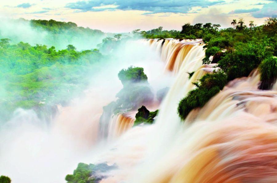 El mirador de la Garganta del Diablo permite sentir toda la potencia de las atronadoras cataratas del Iguazú, las más caudalosas del mundo. Un sistema de 275 cascadas, con casi tres kilómetros de recorrido, que alcanzan en este punto los 80 metros de caída en picado. No olvidar el chubasquero.
