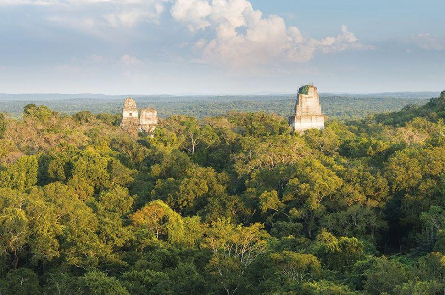 Los yacimientos mayas de Guatemala compiten con los de México por su calidad arquitectónica y su ubicación en un paisaje de jungla en el que piedra, cielo, verde y tierra se funden en una simbiosis subyugante. Y el de Tikal resume todo esto como pocos. Los arqueólogos dicen que se ha excavado menos del 10% de sus edificios, y que la ciudad, de mil años de antigüedad, podría compararse con la antigua Roma en cuanto a tamaño, población y poder político.