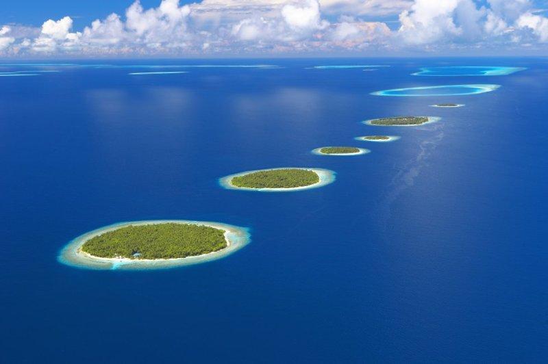 Noviembre es el mes idóneo para bucear entre mantas raya en el atolón de Baa, en el océano Índico, uno de los 26 que integran la República de Maldivas, al suroeste de Sri Lanka, también conocida como el país de las mil ('mal') islas ('divas') aunque en realidad sean unas 1.200. Los 75 islotes (la mayoría deshabitados) y los 1.200 kilómetros cuadrados que abarca esta 'provincia' maldiva fueron declarados reserva de la biosfera por la Unesco en 2011 (la primera del Índico) debido a la riqueza y diversidad de sus fondos coralinos. La temperatura media de estas prístinas aguas coincide con los grados óptimos para el crecimiento del coral, entre los 26ºC y 27ºC, lo que permite disfrutar, solo con un tubo y unas gafas, de una de las barreras más valiosas del mundo, con hasta 250 especies diferentes de coral. La fauna submarina del atolón incluye unos 1.200 peces de arrecife diferentes, grandes tortugas, tiburones ballena y la población de mantas raya más grande del mundo.