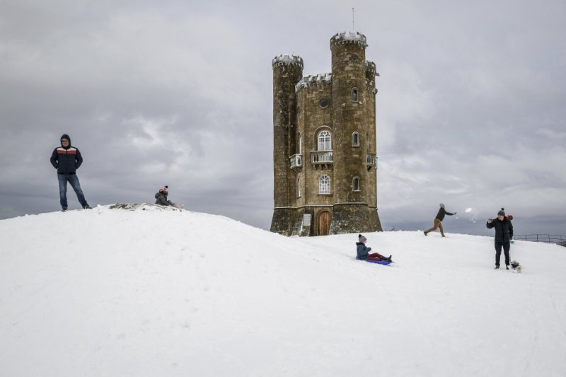 Las verdes colinas de los Cotswolds cambian de color estos días de invierno convirtiéndose en blanco escenario de guerras de bolas de nieve y pistas para trineos. La Torre de Broadway (broadwaytower.co.uk), en la foto, es el castillo más alto y el mejor punto de observación de esta ondulante región ubicada al noroeste de Oxford. Un proyecto ideado por el paisajista británico Capability Brown, y culminado por el arquitecto James Wyatt a finales del siglo XVIII, que cuenta en la actualidad con una acogedora cafetería y una muestra sobre los diferentes usos que el espacio ha tenido a lo largo de su historia: desde una imprenta, instalada por el coleccionista de libros sir Thomas Phillips, hasta un refugio antinuclear durante la Guerra Fría.