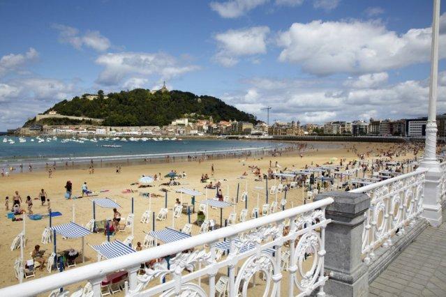 La Concha, de San Sebastián (Espanha), não só foi escolhida pelo segundo ano consecutivo a sexta praia mais bonita do mundo, como também volta a repetir posição como o melhor praia da Europa.