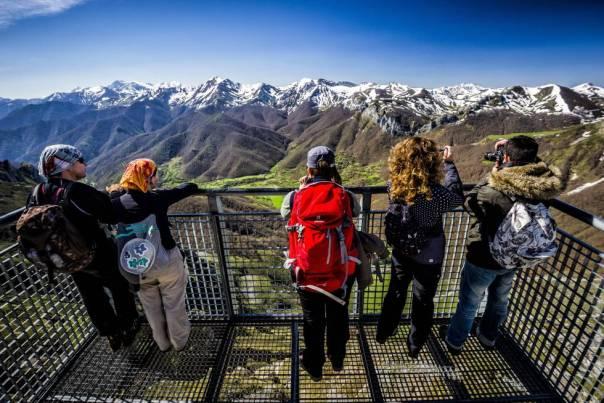 A 1.850 metros de altitud, este mirador está situado junto a la estación superior del teleférico de Fuente Dé, sobre el circo homónimo. Desde aquí impresionan las panorámicas del macizo central de los Picos de Europa –Peña Remoña, Padiorna, Pico San Carlos y Torre Altaiz, los picos de Santa Ana, Tesorero, Torre Horcados Rojos, Peña Olvidada– y, más allá, de la Cordillera Cantábrica. Se puede llegar en el teleférico, que salva un desnivel de 753 metros y tarda en el trayecto poco más de tres minutos.