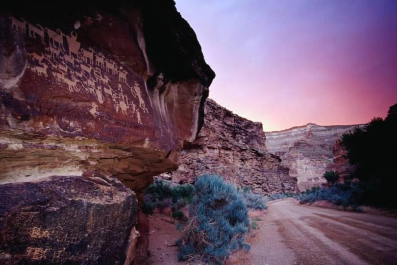 Escondida entre as ardentes montanhas areníticas do Estado de Utah está uma das mais antigas galerias de arte ao ar livre do mundo: o Nine Mile Canyon, um desfiladeiro de 74 quilômetros que abriga milhares de gravuras rupestres talhadas pelas tribos fremont e ute entre os anos 600 e 1300. As cenas – distribuídas ao longo de todo o cânion e facilmente acessíveis pela estrada que o atravessa – mostram desde imagens de guerra e sacrifícios até a criação de animais e dinâmicas familiares e de grupo. É interessante contemplar os petróglifos acompanhado por um guia local que ajudará a decifrar a narração visual e o significado desta singular arte rupestre. A visita ao cânion é feita em uma maravilhosa excursão de um dia, para a qual se deve levar comida e água (não há lojas ao longo do caminho). Podemos obter informações sobre as principais jazidas na área no centro de visitantes do Condado de Carbon, em Price.