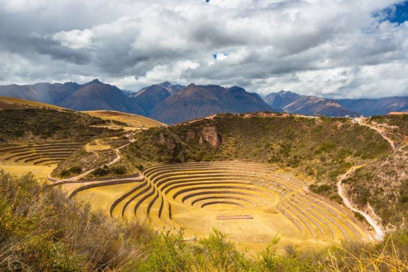 Em uma área remota do montanhoso Vale Sagrado dos incas, perto de Cuzco, encontramos estes anfiteatros de anéis concêntricos em terraços cuja finalidade ainda é desconhecida pelos cientistas. Seu desenho, profundidade, variedade de tamanho e posição em relação ao sol e ao vento parecem indicar que eram centros de pesquisa agrícola. Cada terraço tem diferentes condições climáticas (microclimas), uma para cada tipo de alimento que os Incas plantavam. Com uma variação de 15ºC entre as plataformas superior e inferior, e amostras de solo trazidas de diferentes locais, é provável que os Incas pesquisassem neste laboratório agrícola as condições ideais para cada cultivo. Você pode ir a Moray (de táxi), saindo de Maras, localizada a cinco quilômetros de distância, ou em uma visita guiada a partir de Cuzco.