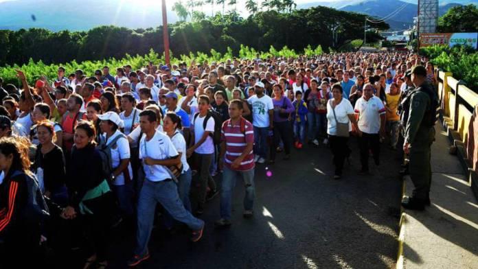 Resultado de imagem para Venezuelano comprando produtos no Brasil