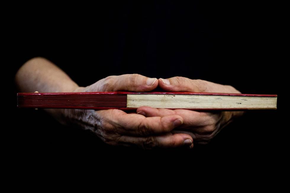 A monja segurando um leque japonês.
