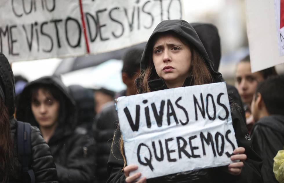 Mulher protesta contra os feminicídios na Argentina