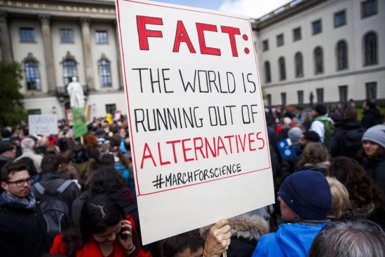 Em Berlim, manifestantes na Marcha pela Ciência.