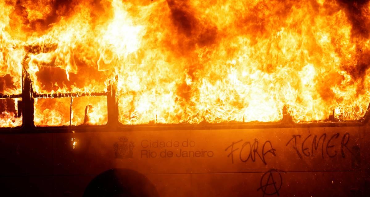 Ônibus pega fogo no Rio de Janeiro.