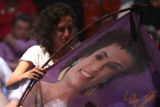 Monica Tereza Benicio, esposa de Marielle, segura uma bandeira com a foto da vereadora, durante um ato no dia 2 de abril.