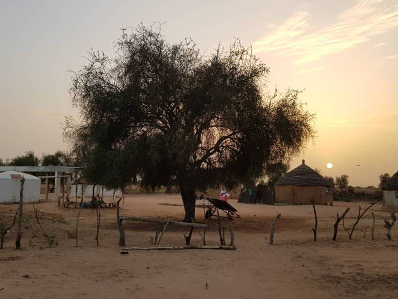 Comunidade rural no Senegal, com a cisterna no canto esquerdo.