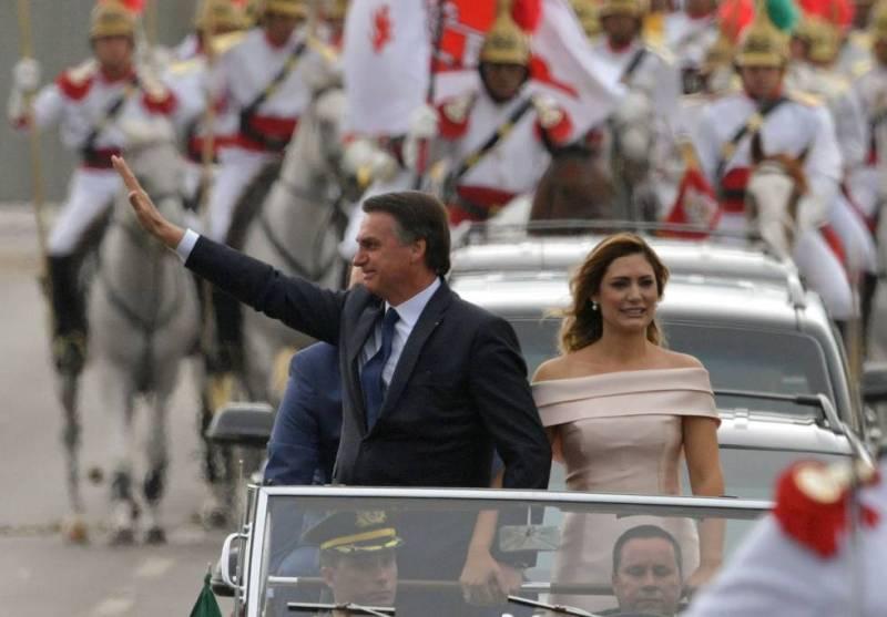Bolsonaro, a primeira-dama Michelle no desfile em carro aberto.