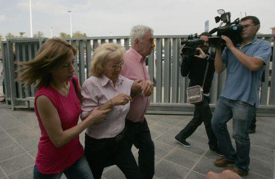 Mari Carmen Gacía, entre su hija y su abogado, a la llegada a los juzgados de Elche.