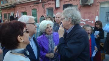 La comisionada de la memoria, Paca Sahuquillo (con el pelo blanco) charla con el historiador Ian Gibson ante la casa de Peironcely, 10.