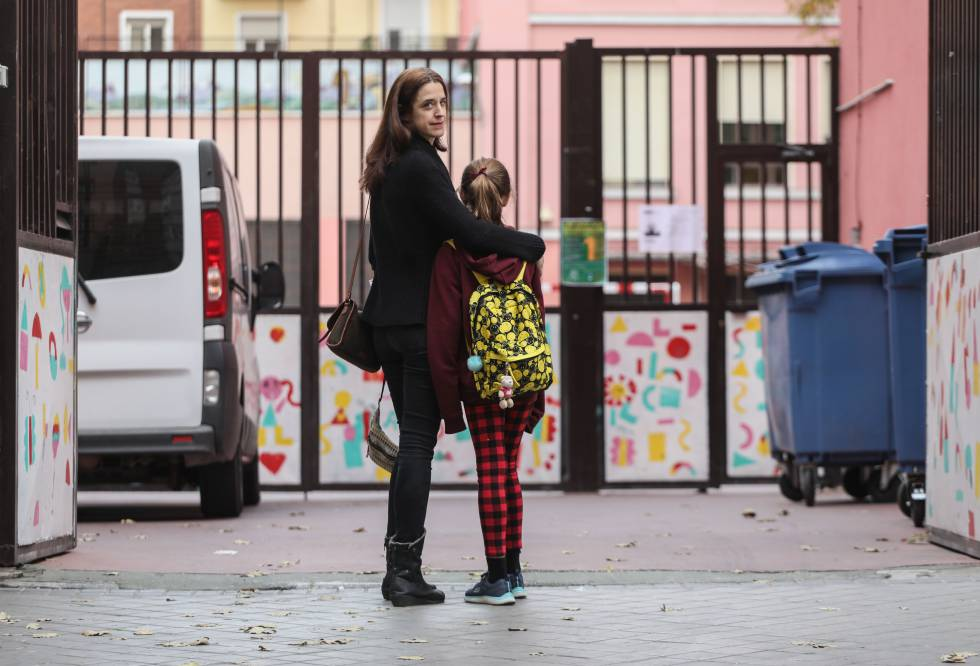 Clara Acuña junto a su hija Julia, enferma de diabetes.