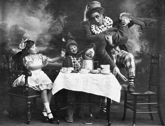 Representación teatral de 'Alicia en el País de las Maravillas', en Londres hacia 1900
