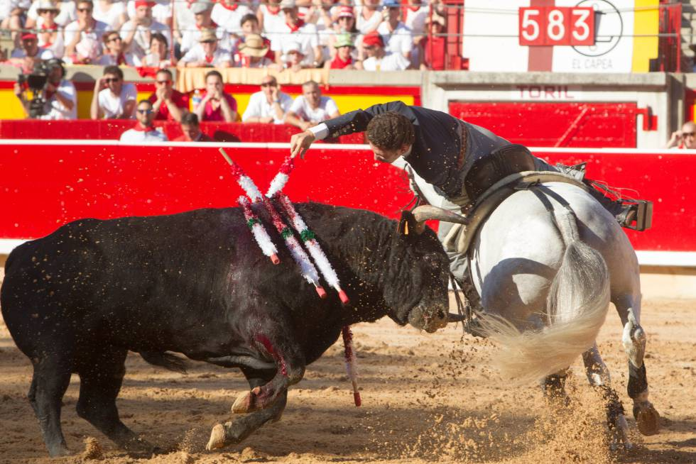 Leonardo Hernandez en su primer toro, este miércoles en Pamplona.
