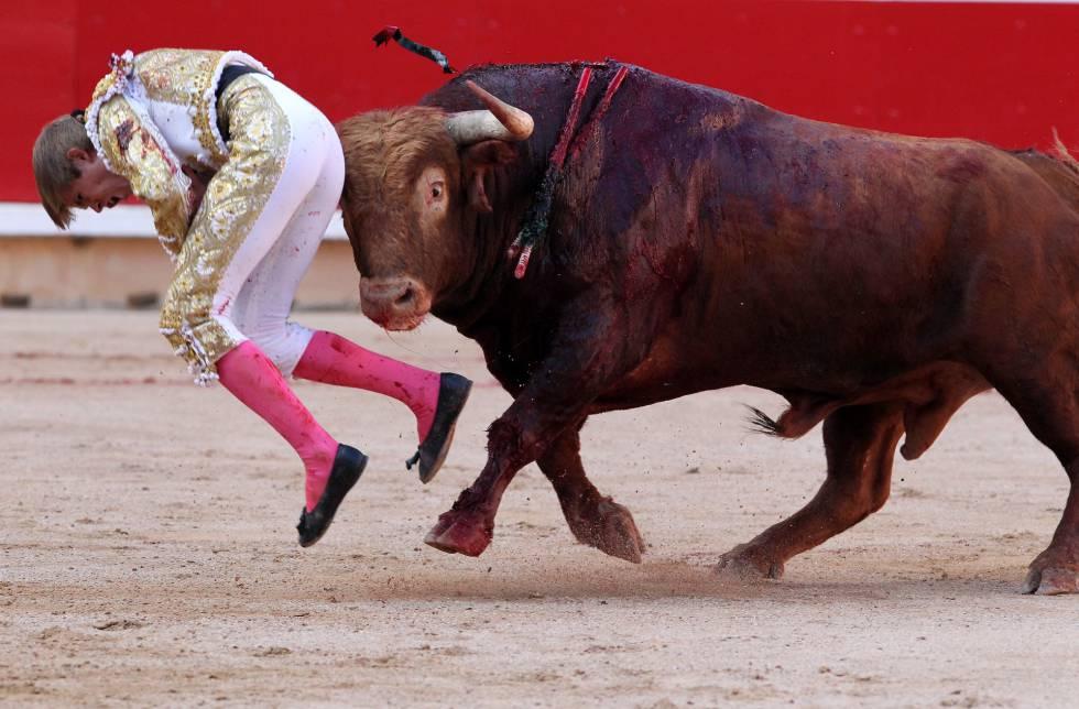 Javier Jiménez, zarandeado por el tercer toro de la tarde.