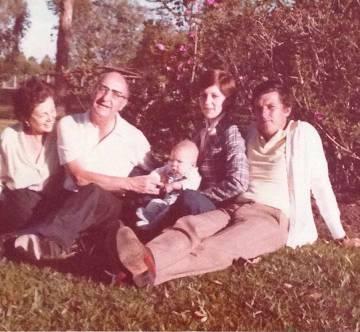 De izquierda a derecha, los padres de Héctor Abad, su hermana Eva, con su hijo en brazos, y el marido de esta entonces, Federico Uribe.