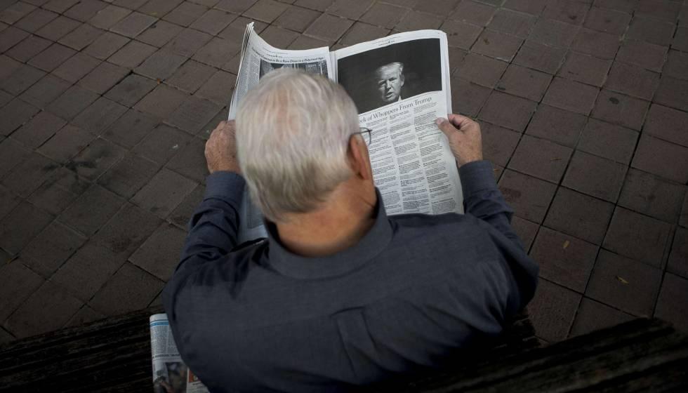 Un hombre lee un artículo sobre Trump en 'The New York Times', el 26 de octubre en Washington.