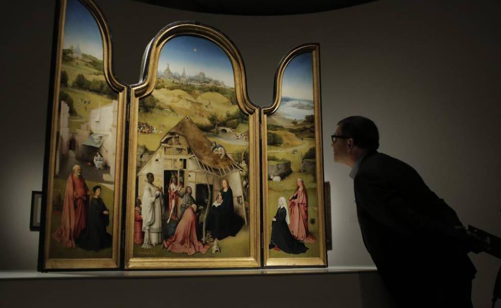 Un visitante observa 'La adoración de los Magos' en el Prado.