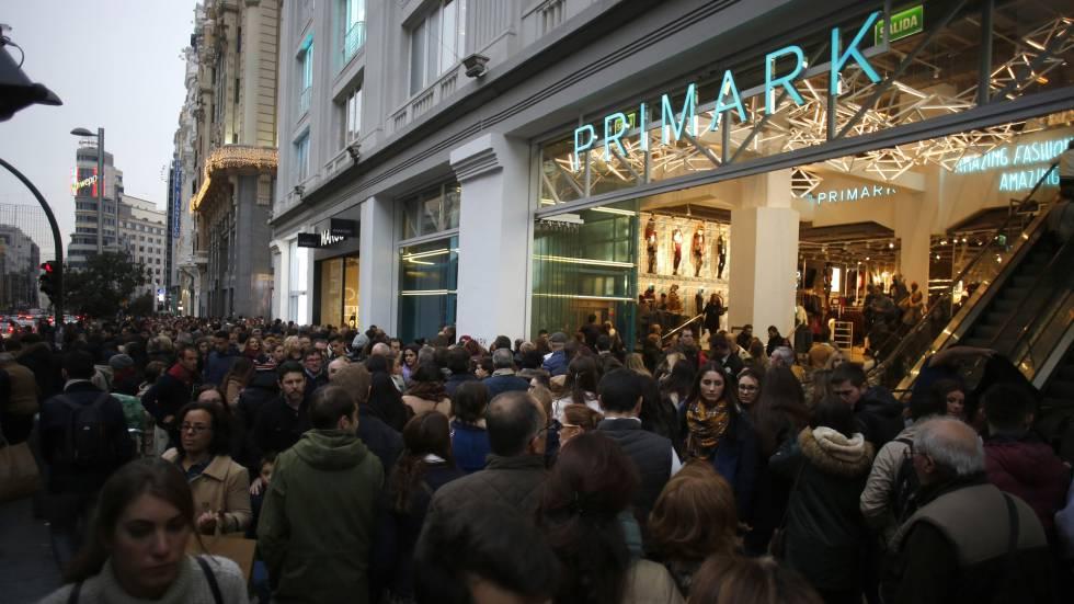 Ambiente de compras por el centro de Madrid .