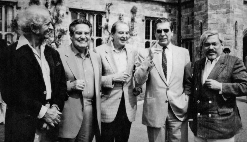 El pintor peruano Fernando de Szyszlo (i) junto a los escritores Octavio Paz, Damián Bayón, Mario Vargas Llosa y Guillermo Cabrera Infante (de izq. a dcha.)