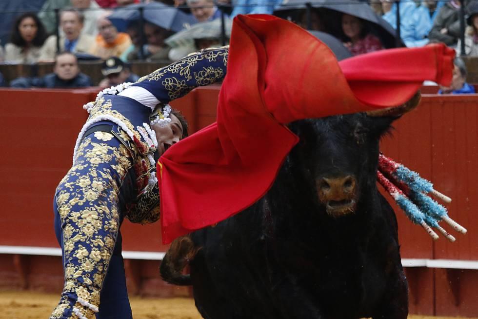 El diestro José María Manzanares, durante su primer toro, ayer en la corrida celebrada en la Real Maestranza de Sevilla.