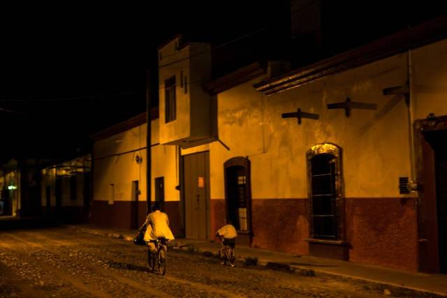 Dos vecinos de San Gabriel montando en bicicleta