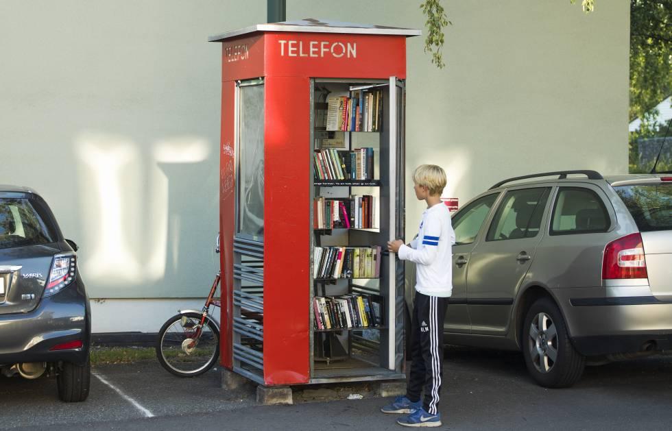 Una antigua cabina teléfonica convertida en minibiblioteca en Oslo.