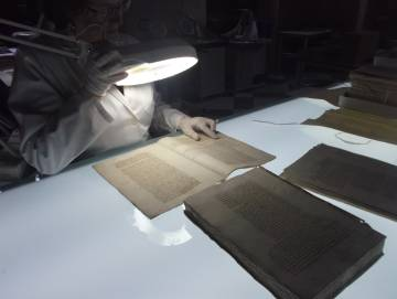 An expert during the work of tracking documents in the Archivo General de Indias.