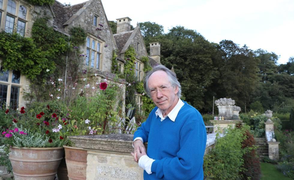 Ian McEwan, en su casa de la región inglesa de los Cotswolds, este martes después de la entrevista con EL PAÍS