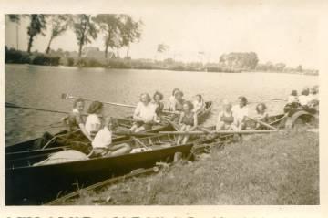 Margot Frank, en la mitad en el bote de atrás, en un club de remo en 1941.