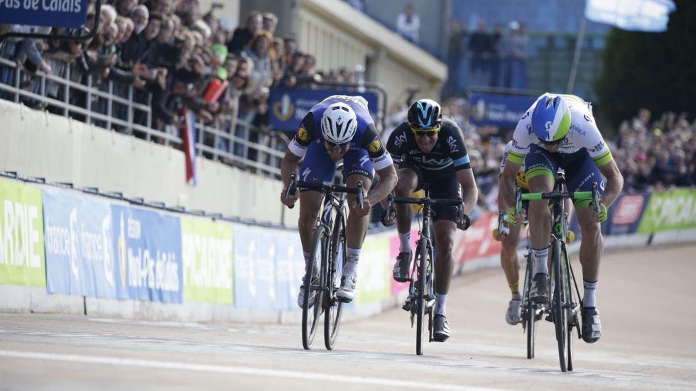 Mathew Hayman (d) entrando ganador en la Paris-Roubaix.