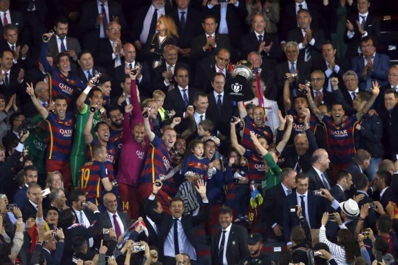 Iniesta levanta la Copa del Rey