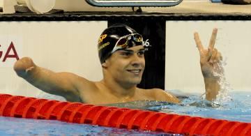 Óscar Salguero saluda tras ganar el oro en 100 braza.