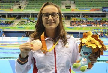 María Delgado con la medalla de bronce en los 100 metros espalda.