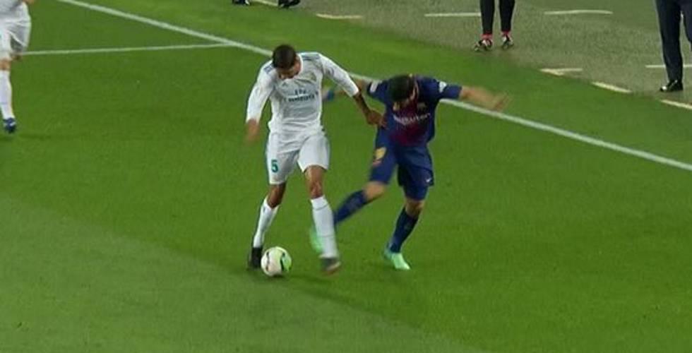 Luis Suárez le roba el balón a Varane.