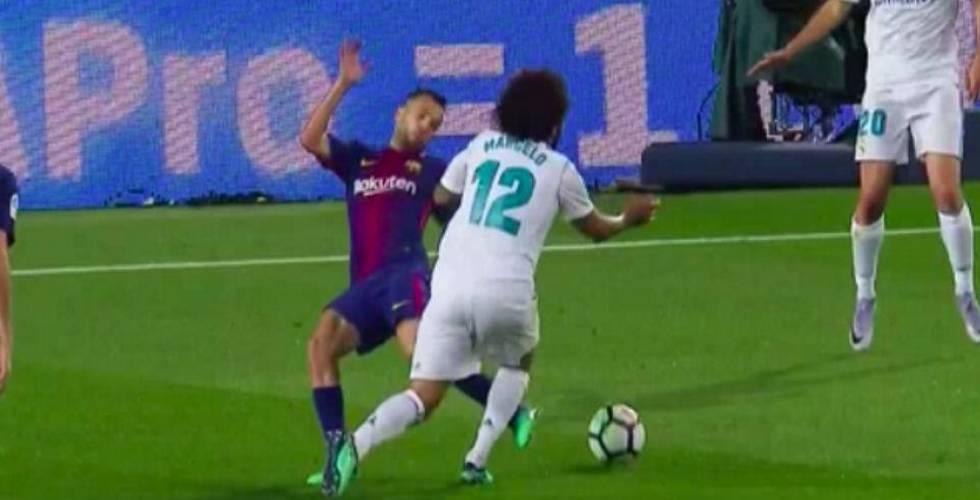 Jordi Alba derriba a Marcelo dentro del área.