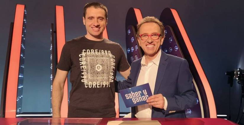 Alberto Izquierdo with the presenter of Saber y Ganar, Jordi Hurtado.