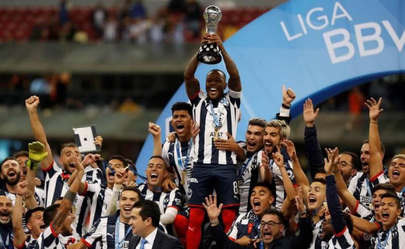 Los fubolistas de Monterrey celebran el título.