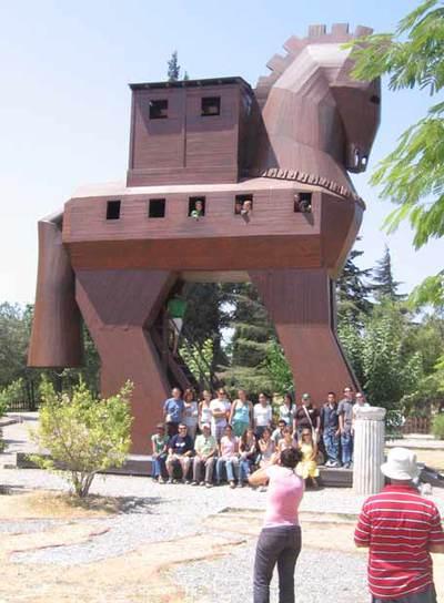 Un grupo de turistas posa ante una reproducción del célebre caballo de Troya.