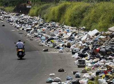 Npoles se hunde en la basura y el caos  Edicin impresa
