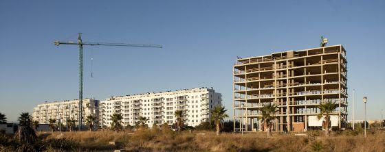Edificio a medio construir en Moncofa, municipio costero de 7.000 habitantes que proyectó viviendas para 120.000 personas.