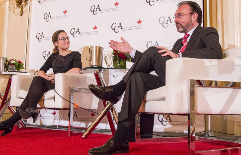 La canciller canadiense, Chrystia Freeland, y su homólogo mexicano, Luis Videgaray, este martes en Toronto.